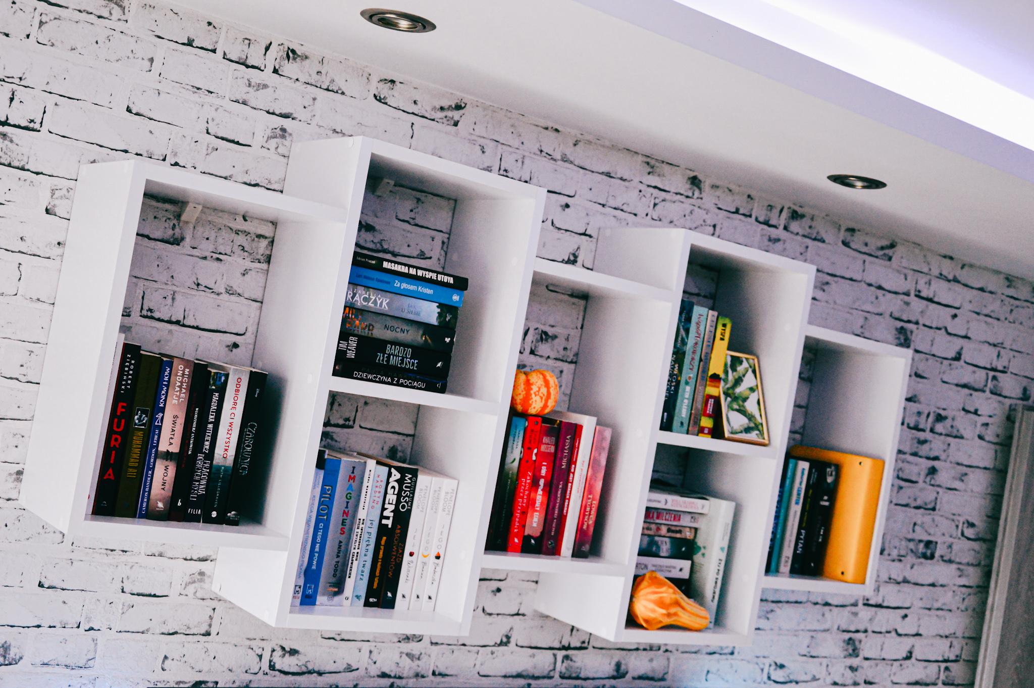 biała półka naksiążki